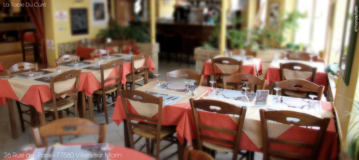 Salle-1-restaurant-bas-table-du-cure
