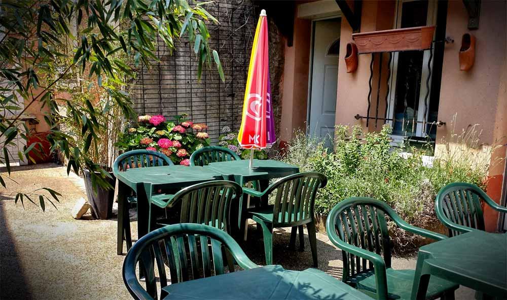 La table du cur la terrasse est ouverte - La table de chessy ...